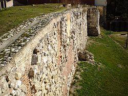 Restos de la muralla en la Cuesta de la Vega