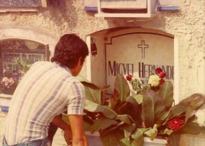 Frente a la vieja tumba de Miguel Hernández
