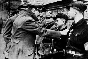 Hitler animando a las Juventudes Hitlerianas, poco antes de suicidarse.